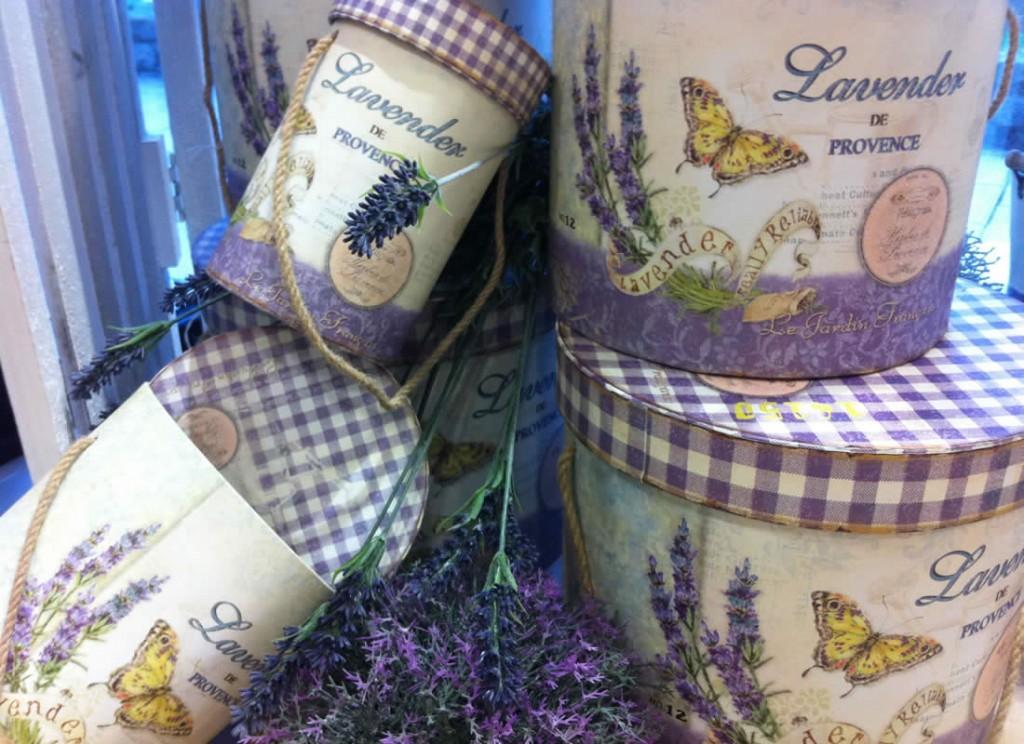 Cajas, potes, regadores y mucho más en Albina Bosch, Vielha, Val d'aran. Tienda de regalos en Viella, Valle de Aran.